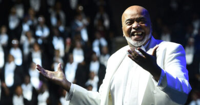 "A. Curtis Farrow, Worship Leader and Executive Producer of McDonald's Gospelfest leads a 1000 person choir for a  ""Peace Begins With Me"" rally at Madison Square Garden"